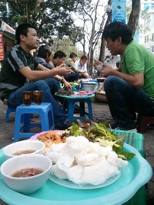Bữa trưa trên vỉa hè Hà Nội 11