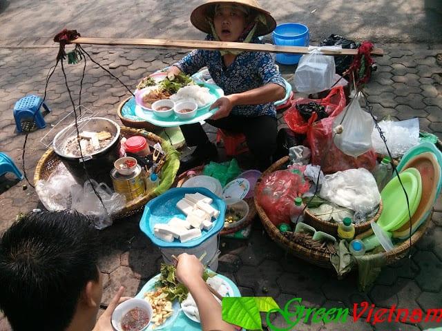 Bữa trưa trên vỉa hè Hà Nội 1